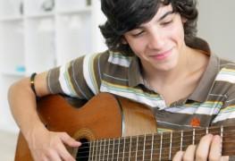 4 conseils pour enseigner votre enfant à jouer de la guitare