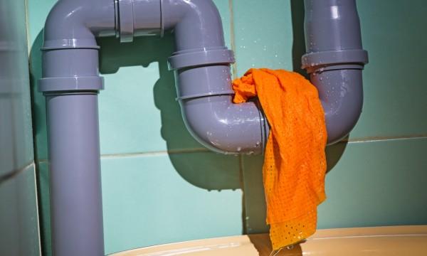 Le plombier : un allié contre les odeurs d'égout au sous-sol