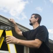 Comment inspecter votre toit et éviter les réparations coûteuses
