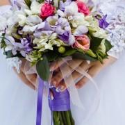 Un support pour bouquet de mariée qui a du style