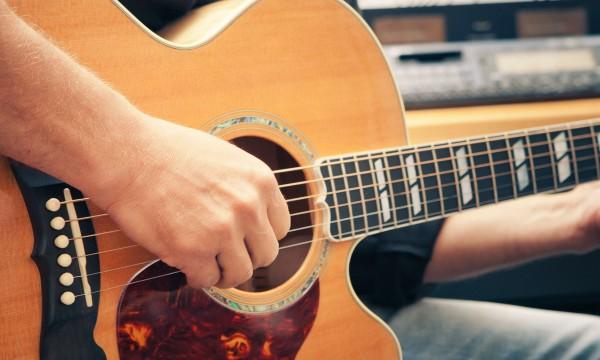 4 conseils pour vous aider apprendre jouer de la guitare trucs pratiques. Black Bedroom Furniture Sets. Home Design Ideas