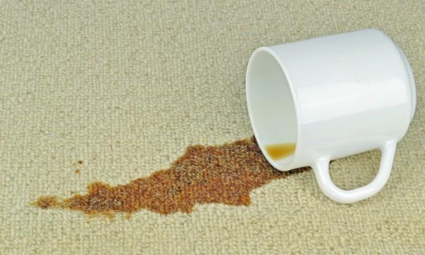 comment déloger une tache de café sur vos vêtements | trucs pratiques