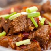 Plat principal de viande: bœufbraisé lentement et orge