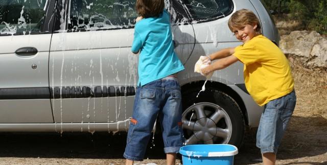 Unvéhicule propre grâce à des produits de nettoyage maison