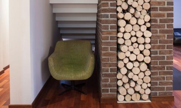 un coin lecture dans l espace sous l escalier trucs pratiques. Black Bedroom Furniture Sets. Home Design Ideas