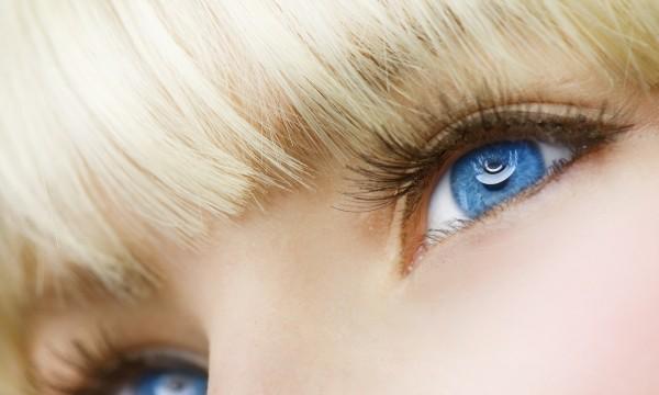 Soins naturels maison pour rajeunir la peau autour de vos yeux