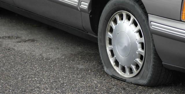 crevaison doit on changer un ou deux pneus trucs pratiques. Black Bedroom Furniture Sets. Home Design Ideas