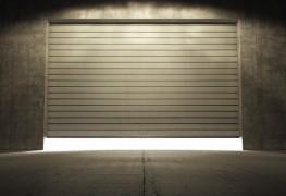 Votre porte de garage grince, gémit et craque plus fort qu'un vieil homme qui se lève de son fauteuil à bascule? 5 façons simples de diagnostiquer le problème et de réparer une porte de garage.