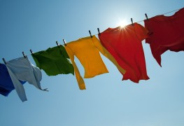 Comment se débarrasser de l'odeur d'essence sur les vêtements