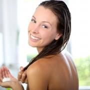 5 traitements et rinçages capillaires à base de plantes à faire chez soi