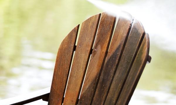 Rajeunir le vieux mobilier de jardin: chasser les traces de l'hiver
