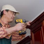 Devrais-je installer mes armoires seul ou avec l'aide d'un professionnel?