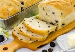 Pain fait maison: olives et tomates séchées et potiron au sésame