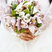 Confectionner un bouquet de mariée avec des orchidées