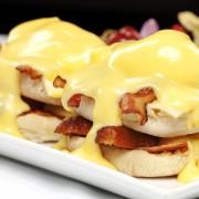 Recette pour le petit-déjeuner : sandwich-matin aux œufs pochés et au saumon fumé