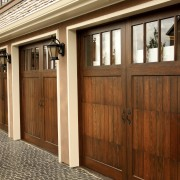 Avantages et inconvénients des portes de garage en bois