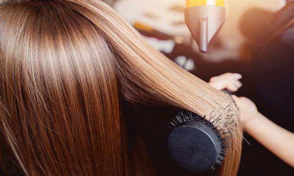 6 étapes pour recréer un brushing de salon de coiffure à la maison