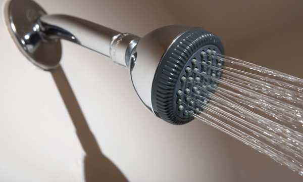 3 solutions rapides pour d bloquer douches et baignoires. Black Bedroom Furniture Sets. Home Design Ideas