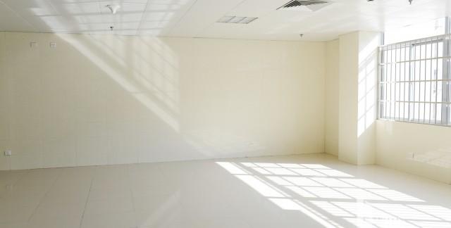 7 conseils pour le nettoyage d'un plafond carrelé