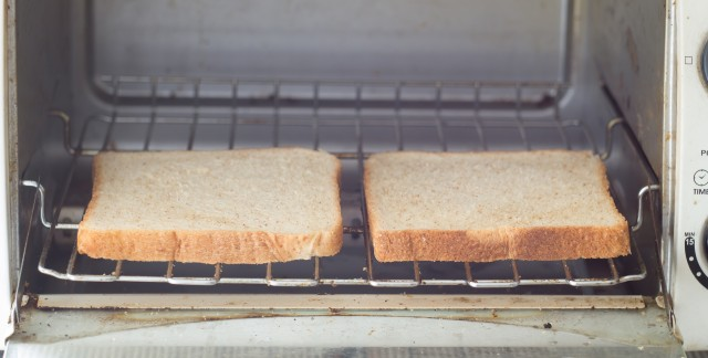 8 conseils simples pour nettoyer les grilles-pains et les mini-fours
