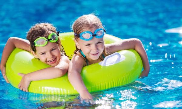 Profitez au maximum d'une sortie amusante au parc aquatique en famille