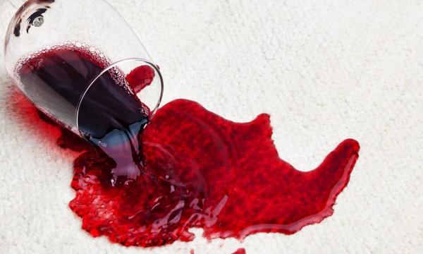 astuces faciles pour enlever les taches de vin trucs pratiques. Black Bedroom Furniture Sets. Home Design Ideas