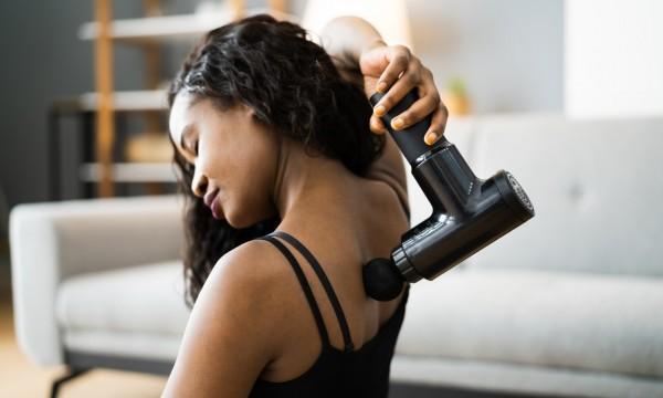 Comment utiliser un pistolet de massage sur les muscles endoloris